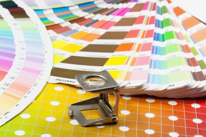 kleurenwaaier Pantone met vergrootglas